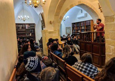 תיירים מבקרים בבית הכנסת