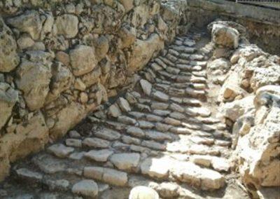 המדרגות לכניסה לעיר